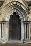 Entrada na catedral de Salisbúria foto de stock