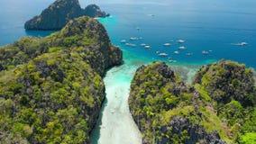 Entrada na lagoa grande, EL Nido, Palawan, Filipinas Mosca aérea do zangão sobre penhascos da pedra calcária e raso azul filme