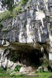 Entrada natural bonita da caverna da pedra calcária em Malásia Monte e caverna da pedra calcária Monte arredondado coberto e dram imagens de stock royalty free