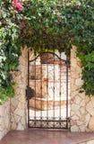 Entrada negra decorativa forjada del castillo de la cerca del metal Foto de archivo libre de regalías