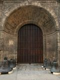 Entrada no templo cubano velho, portas de madeira altas no rebaixo foto de stock