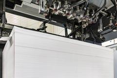 Entrada o carga del papel en las medidas 72/102 de una máquina de impresión en offset foto de archivo libre de regalías