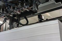 Entrada o carga del papel en las medidas 72/102 de una máquina de impresión en offset foto de archivo