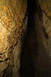 Entrada ocultada de la cueva en la montaña de Miroc, parque nacional de Djerdap Imagenes de archivo
