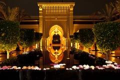 Entrada oriental iluminada com testes padrões geométricos e bacia da água da estância de verão de Mazagan do hotel, Marrocos Fotos de Stock