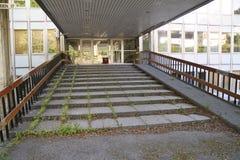 Entrada overgrown del edificio Fotos de archivo libres de regalías