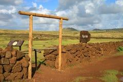 A entrada a Papa Vaka Archaeological Site dos Petroglyphs pré-históricos, Ilha de Páscoa, o Chile fotografia de stock