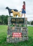 Entrada para perseguir a capela da montanha e do cão Fotos de Stock