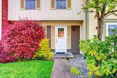 Entrada perfeita do apartamento com porta branca Imagens de Stock Royalty Free