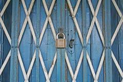 Entrada pesadamente segura y bloqueada del departamento del hierro Imagen de archivo libre de regalías