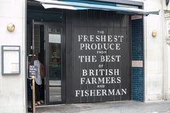 Entrada preta da porta ao mercado do fazendeiro e do pescador perto do circo de Piccadilly Imagem de Stock Royalty Free