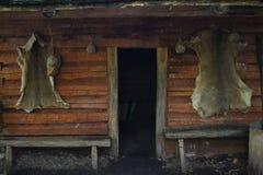 Entrada-primer de la cabaña de madera Fotos de archivo