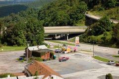 A entrada principal à via pública larga e urbanizada azul do cume Fotografia de Stock Royalty Free