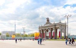 Entrada principal al complejo del parque de VDNKh adornado para la guerra mundial Foto de archivo libre de regalías
