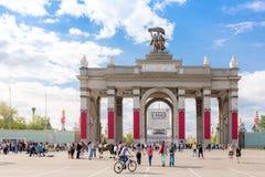Entrada principal ao complexo do parque de VDNKh decorado para a guerra mundial Foto de Stock