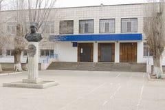 A entrada principal ao distrito do Lyceum ?1 (22 escola) Krasnoarmeisky, Volgograd Fotos de Stock