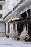 A entrada principal ao hotel Metropole, decorado com brinquedos do Natal e árvores de Natal Imagem de Stock