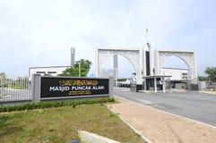 Entrada principal con el letrero de Puncak Alam Mosque en Selangor, Malasia Imagen de archivo