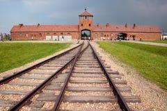 Entrada principal de Auschwitz Birkenau con los ferrocarriles. Imagen de archivo libre de regalías