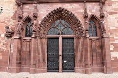 Entrada principal de la piedra arenisca gótica de la catedral de Suiza, Basilea Imágenes de archivo libres de regalías