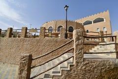 Entrada principal delantera de la tierra del centro turístico de la civilización en la montaña de Al Qarah en saudí Arabii fotos de archivo libres de regalías