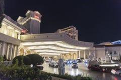 Entrada principal do Caesars Palace na noite imagem de stock royalty free