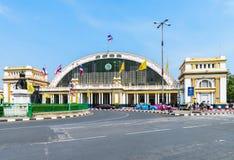 Entrada principal a Hua Lamphong Railway Station en Bangkok, en un s Imágenes de archivo libres de regalías