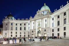 Entrada principal a los carros traídos por caballo del palacio de Hofburg que esperan a turistas en el tubo principal al palacio d Imagen de archivo libre de regalías