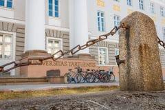 A entrada principal na construção principal da universidade de Tartu com bicicletas estacionou perto dela Foto de Stock Royalty Free