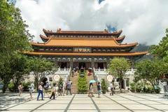 A entrada principal a Po Lin Monastery, um monastério budista, situado em Ngong Ping Plateau, na ilha de Lantau, Hong Kong fotografia de stock