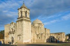 Entrada principal y fachada de la misión San Jose en San Antonio, Tejas en la puesta del sol Fotografía de archivo libre de regalías