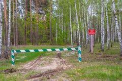 A entrada ? proibida, a barreira ? fechado e fica na floresta e a ca?a ? proibida fotos de stock royalty free