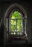Entrada putrefacta vieja de una mansión abandonada de Khvostov en estilo gótico imágenes de archivo libres de regalías