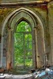 Entrada putrefacta vieja de una mansión abandonada de Khvostov en estilo gótico foto de archivo