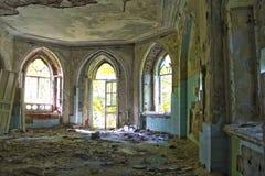 Entrada putrefacta vieja de una mansión abandonada de Khvostov en estilo gótico imagen de archivo