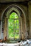 Entrada putrefacta vieja de una mansión abandonada de Khvostov en estilo gótico imagenes de archivo