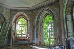 Entrada putrefacta vieja de una mansión abandonada de Khvostov en estilo gótico imagen de archivo libre de regalías