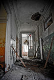 Entrada putrefacta vieja de una mansión abandonada de Khvostov en estilo gótico fotos de archivo