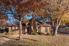 Entrada residencial bonita da casa com folhagem de outono colorida perto de Dallas imagem de stock