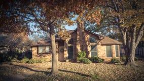 Entrada residencial bonita da casa com folhagem de outono colorida perto de Dallas fotos de stock