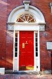 Entrada roja de la puerta Fotos de archivo