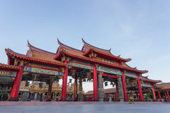 Entrada roja del templo chino Fotografía de archivo
