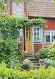 Entrada roja sueca típica de la cabaña Fotografía de archivo