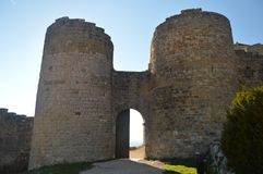 Entrada a Roman Castle Of Loarre Dating a partir del siglo XI que fue construida por rey Sancho III en el pueblo de Loarre paisaj fotografía de archivo libre de regalías