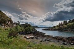 Entrada sob céus do levantamento, Escócia de Oceano Atlântico Foto de Stock Royalty Free