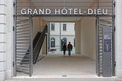 Entrada sul do hotel grande renovado Dieu em Lyon imagens de stock royalty free