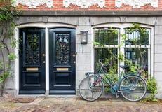 Entrada típica de la casa con dos puertas y bicicleta en Amsterdam fotografía de archivo libre de regalías