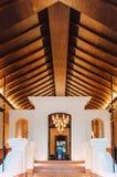 Entrada tailandesa asiática luxuosa do recurso com o teto de madeira alto, morno imagens de stock