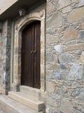 Entrada tradicional da porta da casa imagem de stock royalty free