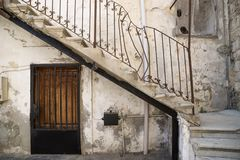 Entrada tradicional de la escalera con la manija quebrada de la casa libanesa en el neumático, Líbano Imagen de archivo